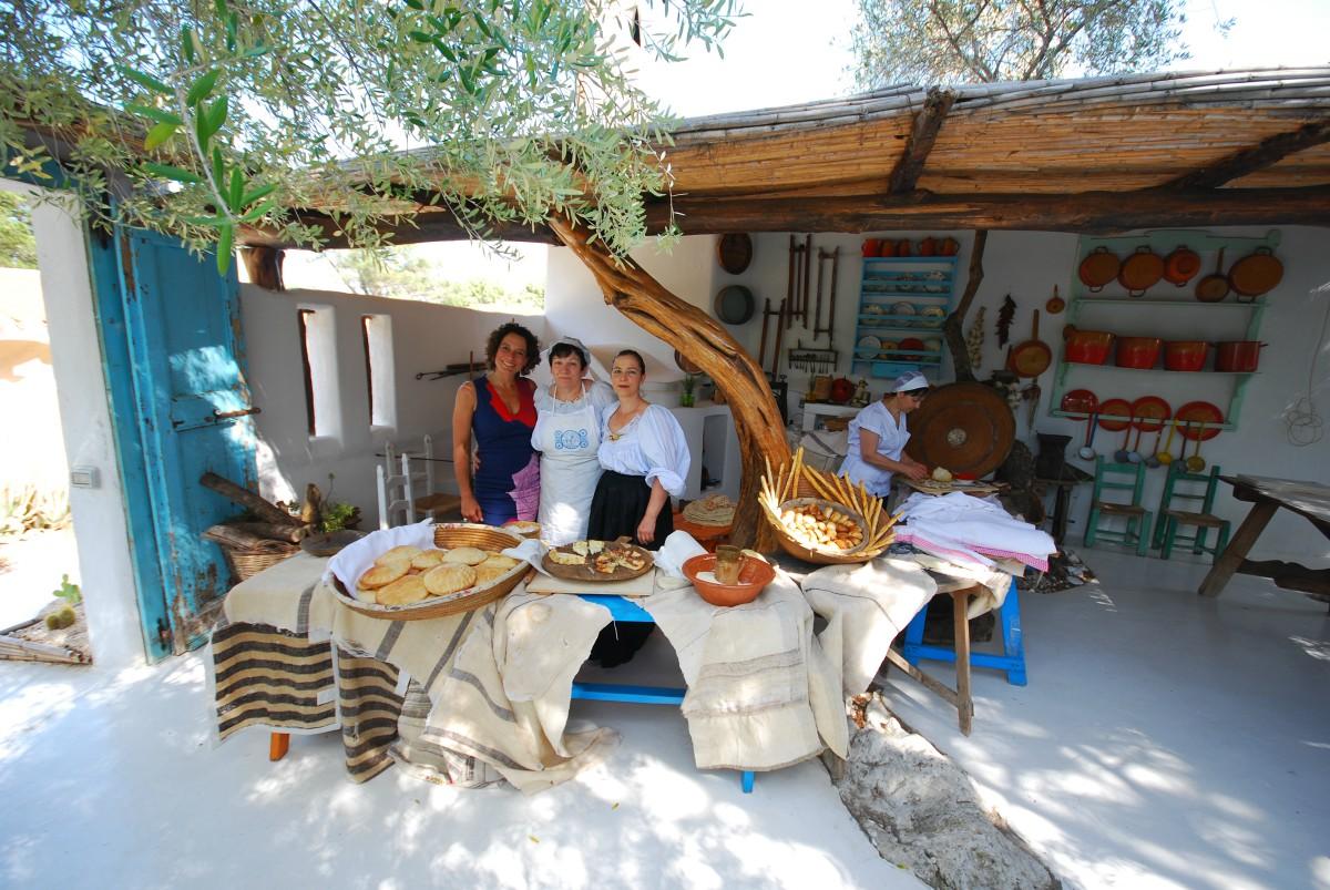 Alex Polizzi with some Italian cooks